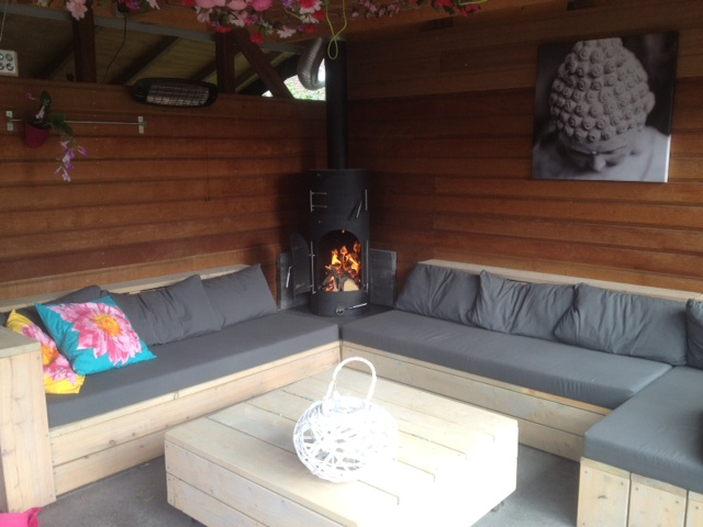 buitenhaard en barbecue in de loungehoek