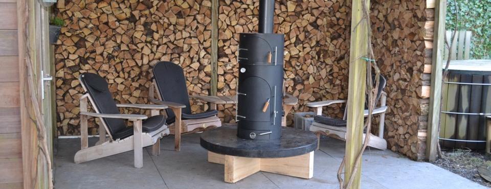 Buitenhaard, pizzaoven, barbecue met betonnen tafel