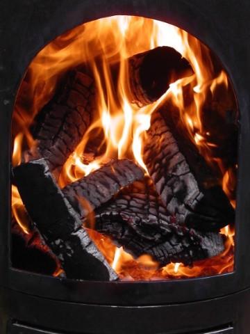 vuurtje stoken met de garden kitchen buitenleven